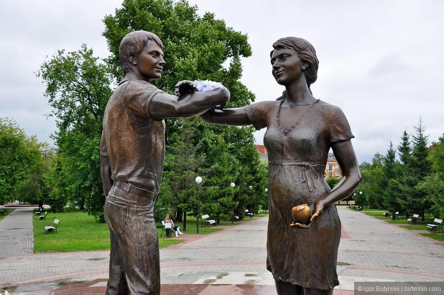 10. Скульптура красивая. Аллея тоже симпатичная – приятно погулять.