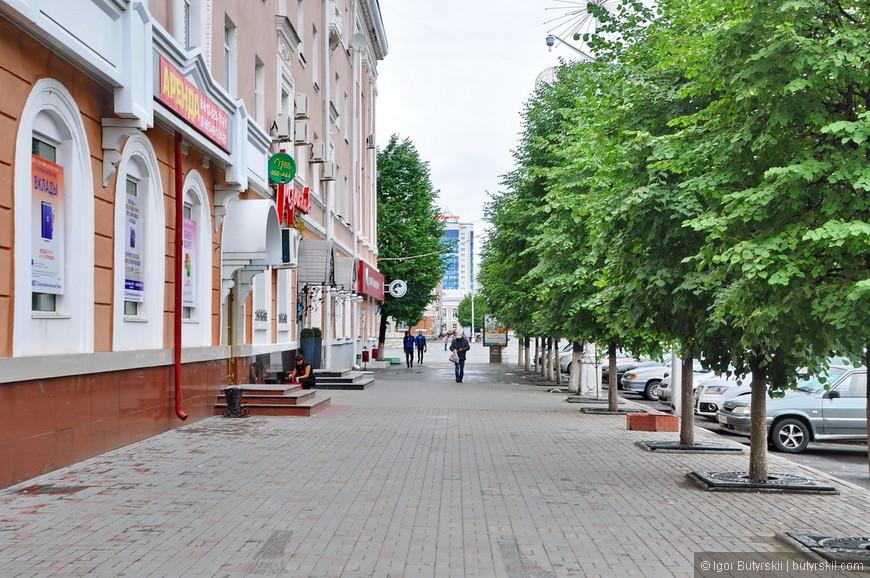 29. Первая сухая улица, что я увидел. Зато посмотрите как много деревьев, как красиво смотрятся города с зеленью на центральных улицах.