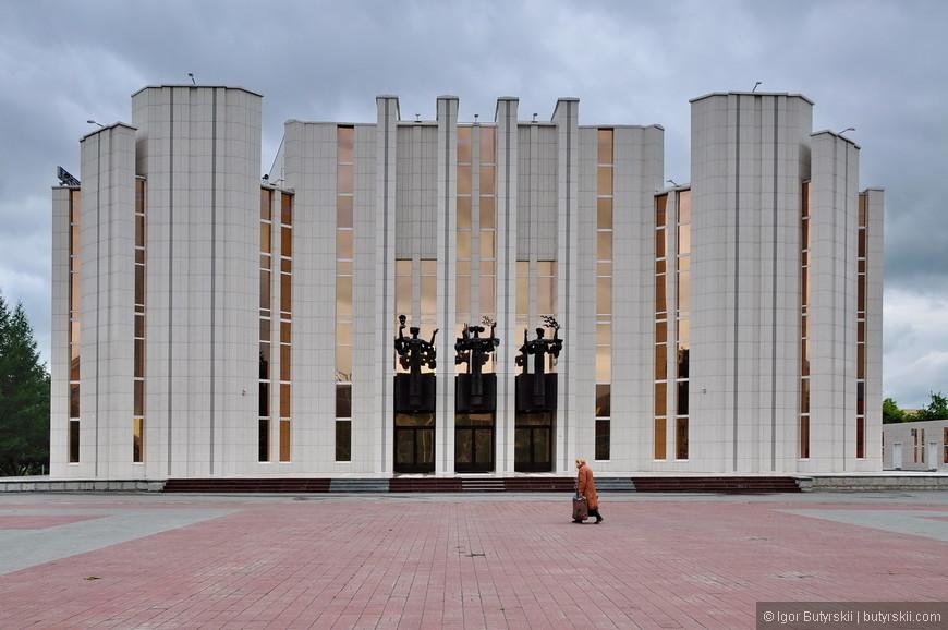 35. Курганская филармония, и как всегда бессмысленная площадь перед зданием.