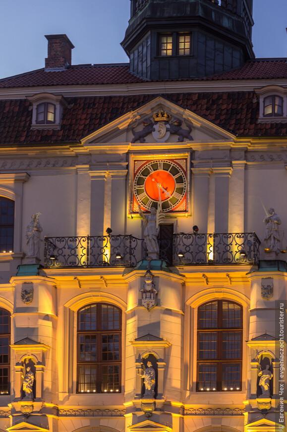 Городкая ратуша переливается разноцветными лучами