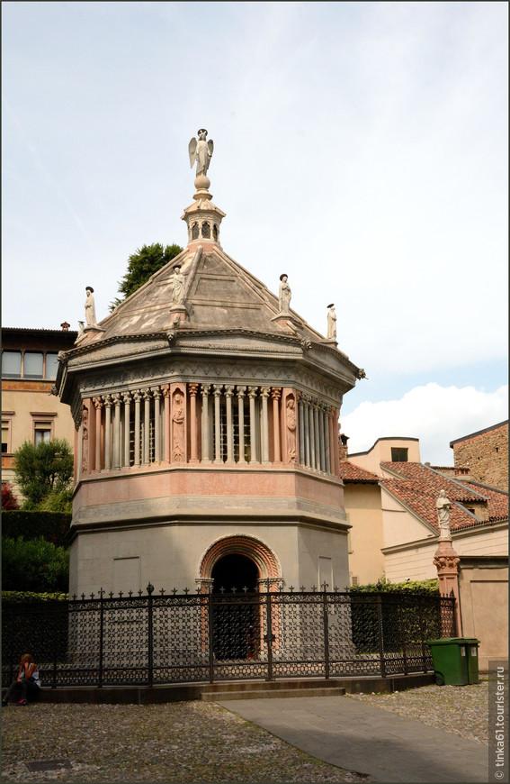 Напротив Дуомо видим  восьмиугольный баптистерий, увенчанный скульптурами. Центральная его часть – из розового мрамора.