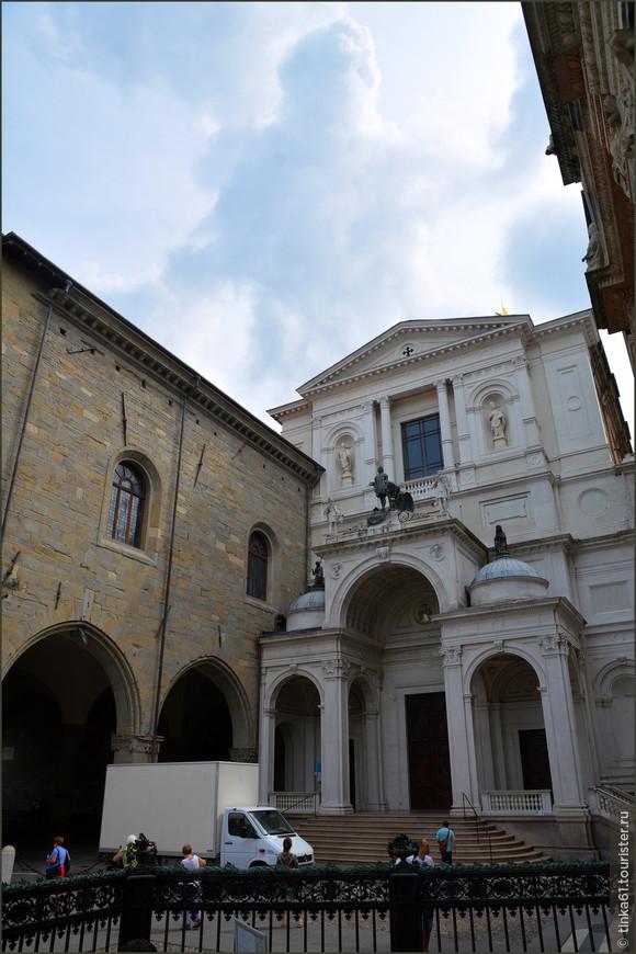 Дуомо внешне не производит какого-то сногсшибательного впечатления. Смотрится довольно скромно. Построен в 1866 году в в честь Святого Александра, покровителя Бергамо.