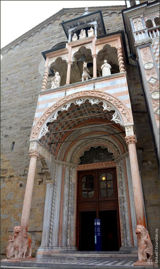 Портик с Красными Львами Базилики Санта Мария Маджоре, которая вплотную примыкает к Капелле Коллеоне.