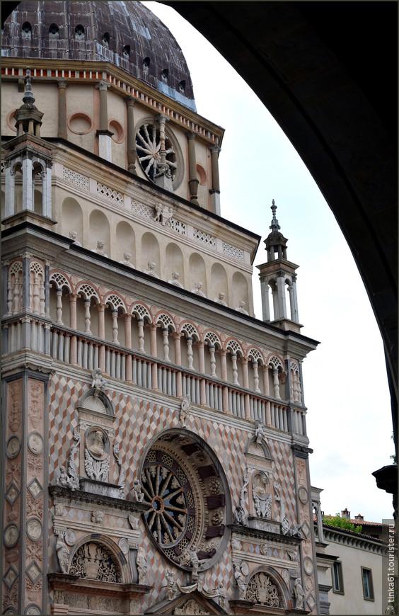 Капелла Коллеоне - шедевр архитектора Джованни Антонио Амадео. Ажурное окно-роза над порталом, резные колонны из разноцветного мрамора, легкая кружевная галерея поверху, обрамление порталов, мозаика фасада, голова просто  идёт кругом от такого великолепия.