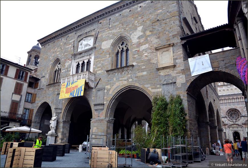 Ратуша или Палаццо делла Раджоне, со стороны Пьяцца Веккья украшена беломраморным балконом и барельефом с изображением венецианского крылатого льва.