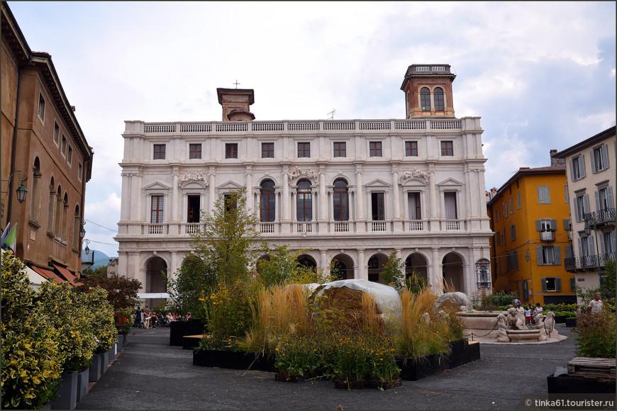 Пьяцца Веккья и  Палаццо Нуово, где сейчас расположена библиотека.  Самое сердце Верхнего города. Я попала на какой-то аграрный праздник, на площади вовсю шли приготовления, монтировались оригинальные украшения из стогов сена и травы.