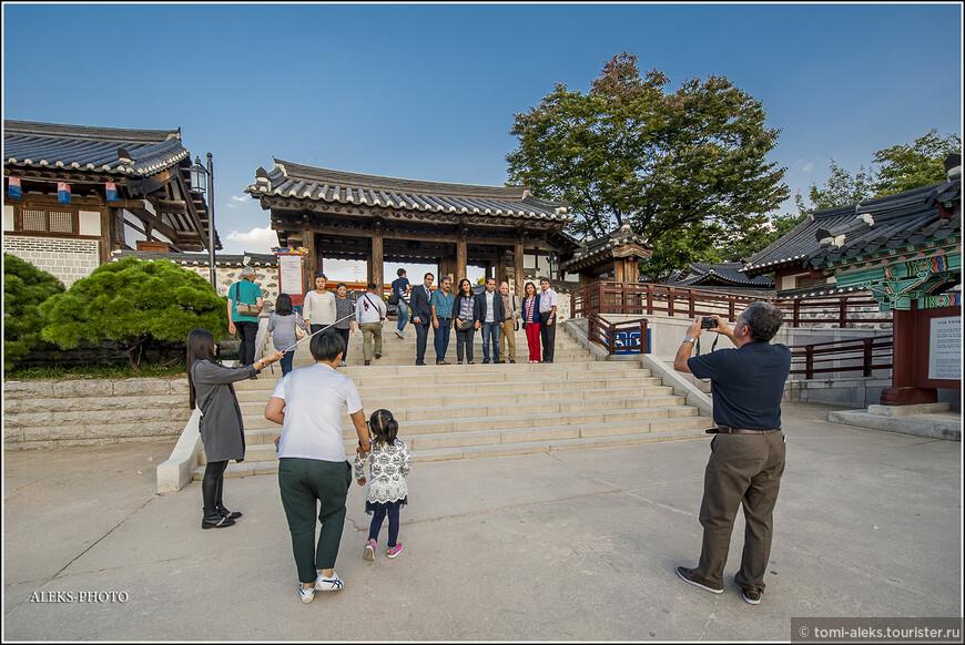 Корейцы - большие любители фотографироваться. Это у них, как национальная черта. Особенно популярны у них селфи при помощи длинных палок. За всю поездку мы видели их просто миллион раз. И этим больше всего, конечно, увлечена молодежь...
