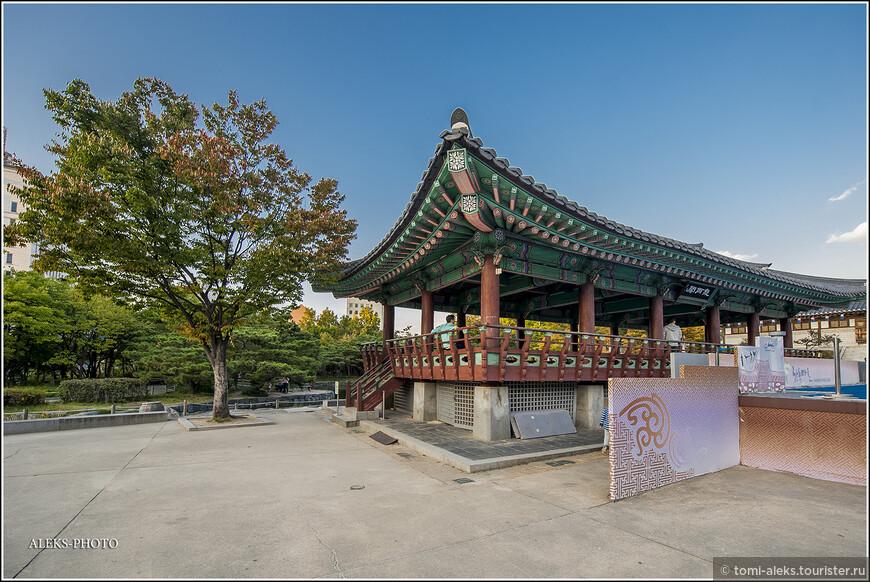 Осенью, в обрамлении ярких деревьев, проявляется вся красота традиционной корейской архитектуры...