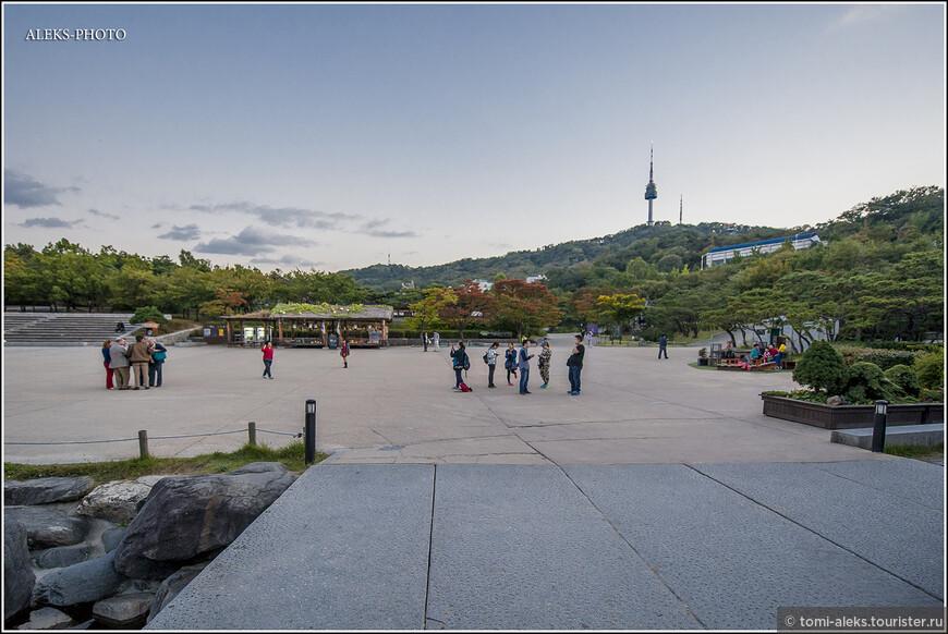 Становится уже почти темно. Оглядываемся на площадь внутри этого парка, где раньше была военная база. Уютно и красиво...