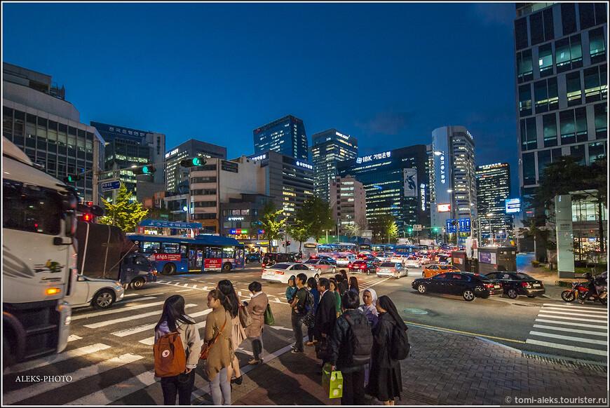 Женщин в типичных католических головных накидках мы увидели еще на подходе к собору Мендон. Мы уже знаем, что в Южной Корее много христиан. Это одна из основных конфессий страны.
