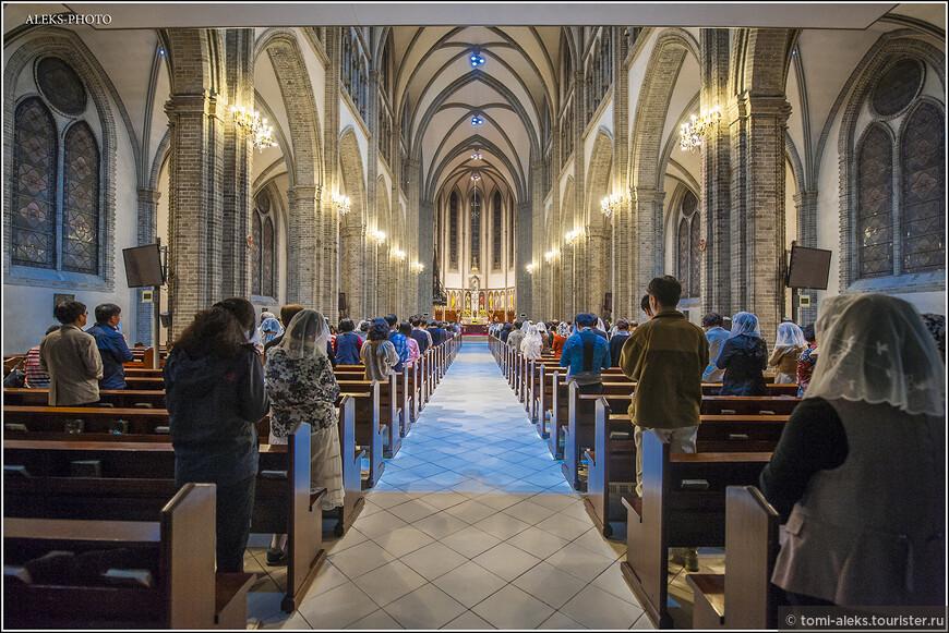 Заглядываем внутрь собора. Звучит орган. Мы попали туда в самый разгар службы. А я знаю, что католики, как и православные не в восторге, когда их снимают во время Богослужения. Это - не протестанты, которых в Корее, кстати, тоже много...