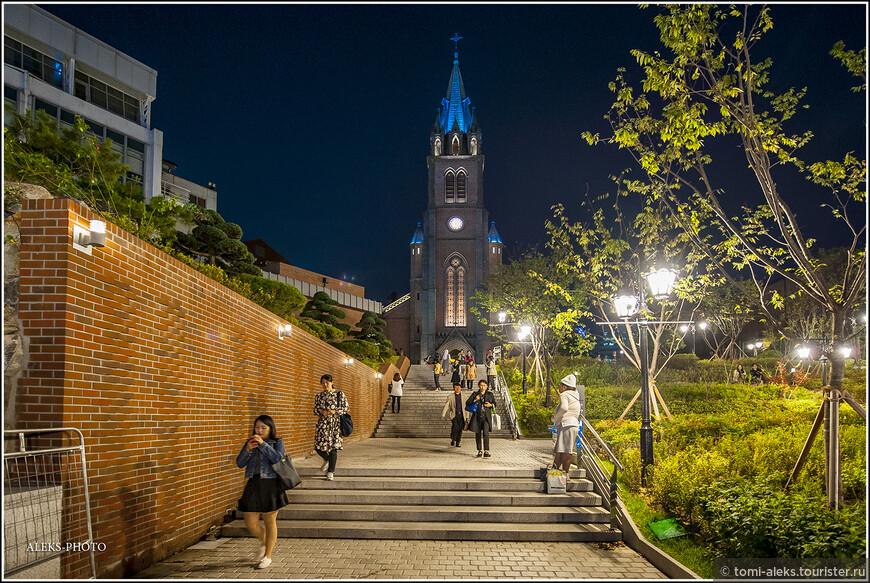 """Итак, мы познакомились бегло (потому что было темно) с этим архитектурным шедевром в стиле """"неоготика"""", высота которого со шпилем - 45 метров и которое внесено в национальный реестр памятников Южной Кореи. Надо признаться, что все храмы в корейских городах вносят колорит в сплошь современную архитектуру. Это как кусочки старины, к тому же - привнесенной из Европы."""