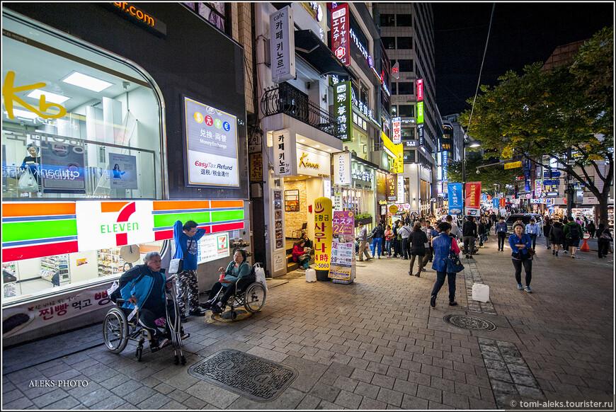 Что же представляет из себя район Мендон, по которому мы сейчас гуляем? Район образовался вокруг улицы Мендон и захватывает еще несколько улиц. Что больше всего удивляет в таких местах - это то, что корейцы самодостаточны. Ночная жизнь этого района функционирует, практически, для местной молодежи, а вовсе не ориентирована на туристов иностранных.