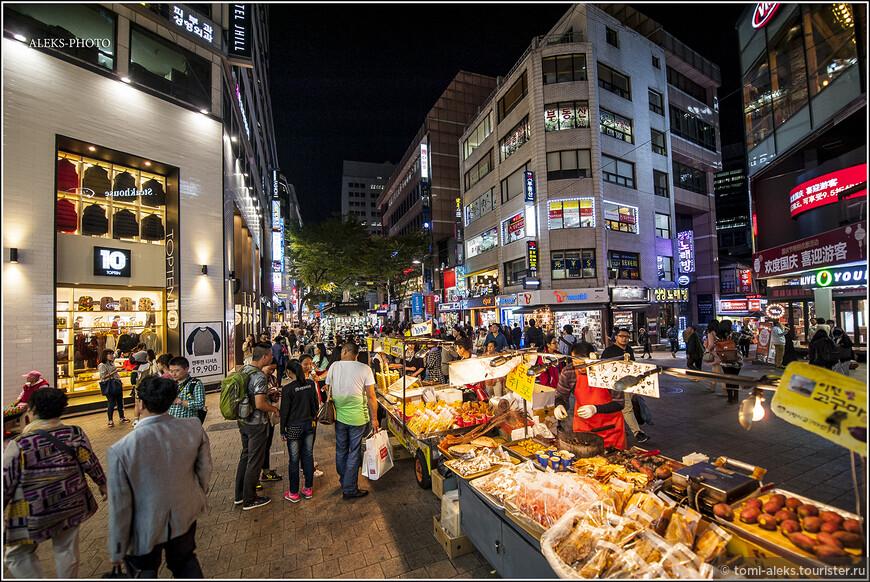 Иностранцы здесь просто ходят и глазеют на все широко открытыми глазами. А бал здесь правит именно местная молодежь. Корейцы, как я понял за все путешествие, как и все азиаты, очень любят вечерне-ночные развлечения. В гораздо большей степени, чем это развито у европейцев. Это свойственно всей Юго-Восточной Азии.