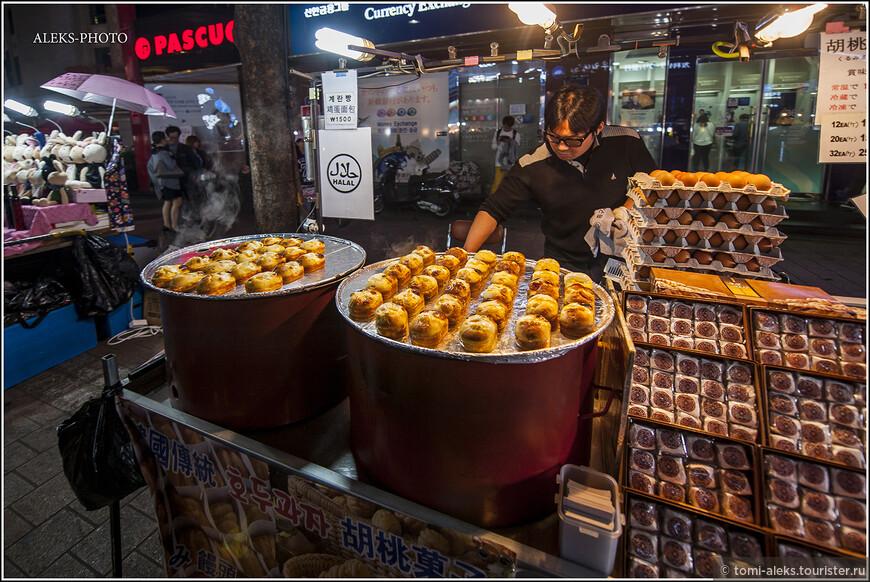 Здесь можно увидеть много видов традиционного корейского фастфуда. Хотя в районе есть и китайская кухня. Скажу так, что мне больше всего понравилось есть в Корее вовсе не на улице - с этим нам как-то не везло. Вся эта жаренная на масле всячина как-то не очень пришлась нам по душе.