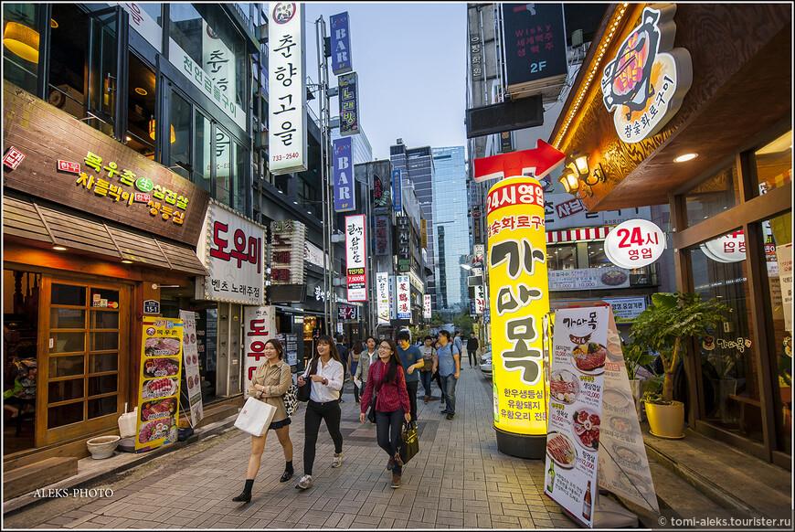 В общем, мы пока не прощаемся с ночным районом развлечений. экскурсия по ночному Сеулу продолжится в еще одном альбоме. Для меня впечатления страны фиксируются именно в визуальных образах. И я хочу ими делиться с другими. Так что мы еще полюбуемся светящимися неоновыми иероглифами. До встречи в последней части про Сеул, после которой мы уедем в следующий крупный город Сувон.