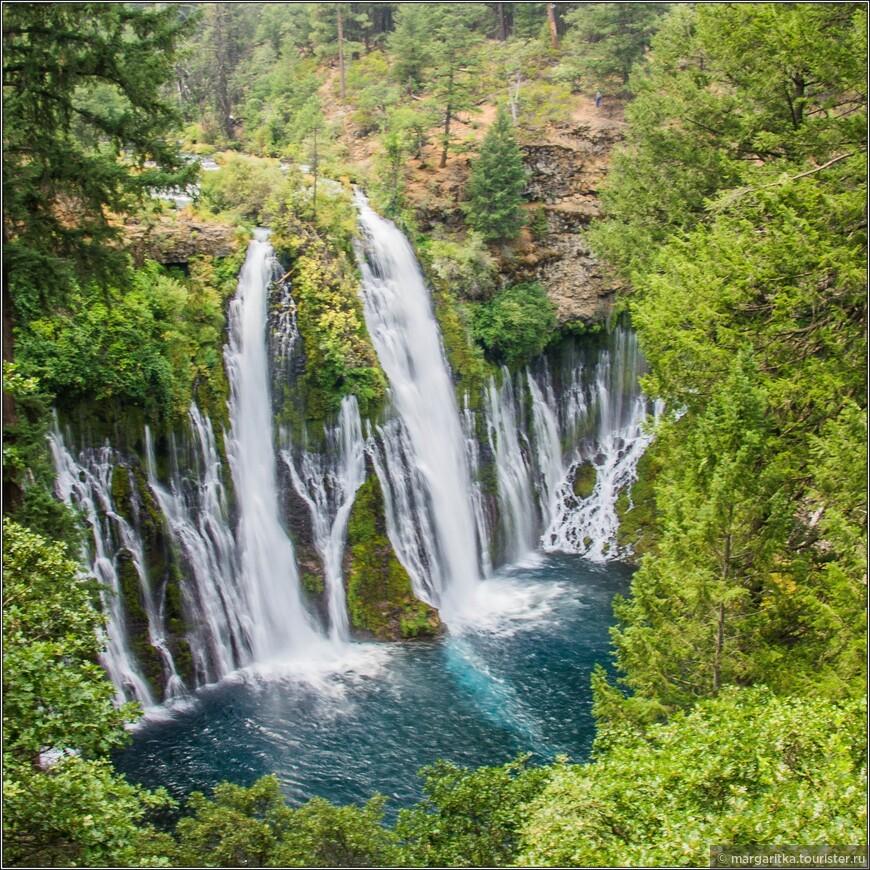 водопад завораживет тем, что вода в нем в основном падает не сверху, как это обычно бывает, а льется из под земли на середине высоты по большой ширине