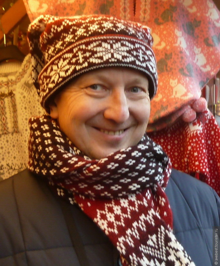 В национальной шапочке-шарфе с двумя хвостами.