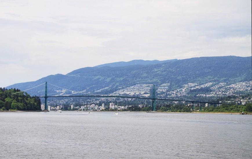 """Мост """"Лайонс Гейт"""", """"Ворота льва"""". Встречает всех, прибывающих в Ванкувер морским путем. И тоже, лучше всего его можно рассмотреть из парка."""