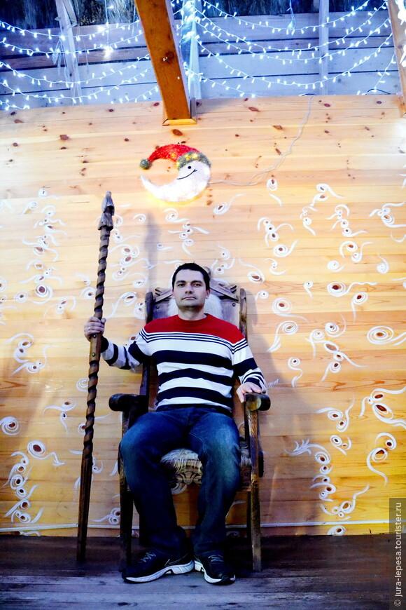 А это я на троне Деда Мороза.Ну..как то не очень смотрится..
