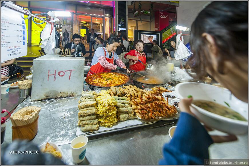 Ели мы в корейских городах как раз в кафе. И первым блюдом везде и всюду были разнообразные корейские пельмешки с салатами. И, самое главное, - не дорого. Это - одно из главных воспоминаний о стране. Кормят они очень вкусно. Но лучше есть не на улице. Это мой совет...