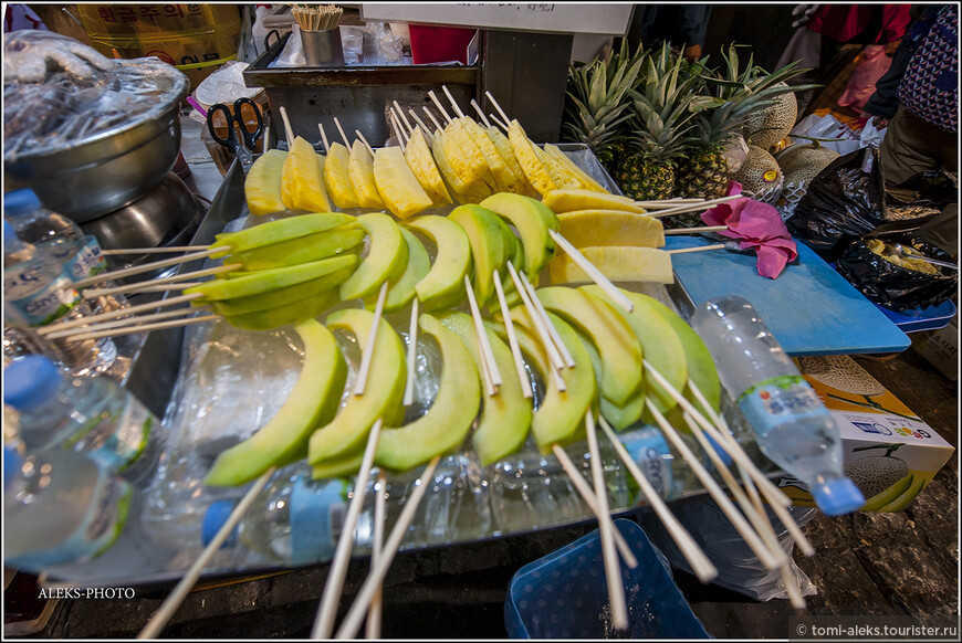 Подобно Таиланду, здесь тоже продают порезанные фрукты, типа ананасов, дыни и так далее. Но вот что интересно - в Корее фрукты совсем не дешевые. Во всяком случае, на улице. И продаются чаще всего поштучно. Одна большая груша, которые столь характерны для Кореи, может стоить 3-5 долларов.