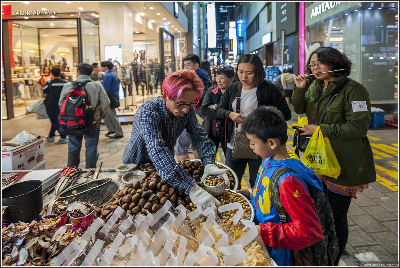 Жареные каштаны продают всюду на выходях из метро. Я толком не проникся этим деликатесом, но что-то в этом есть. Что это он набирает маленькое - даже не знаю, может, другой сорт маленьких каштанов..., Ночное пиршество в огнях Сеула (Южная Корея)