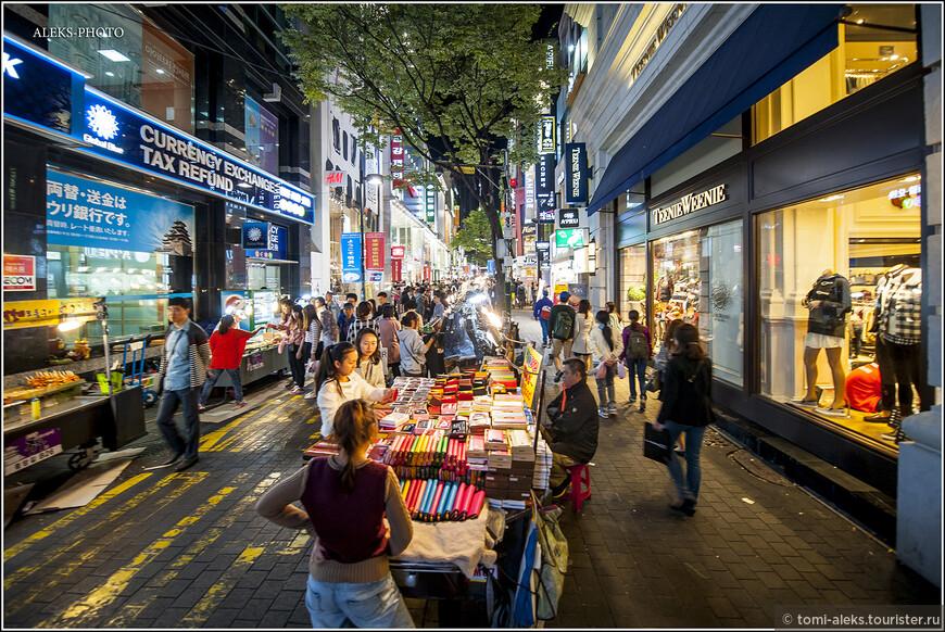 Вообще, корейцы - большие шопоголики. Как и всюду, здесь продают много всяческой ширпотребовской мелочевки...