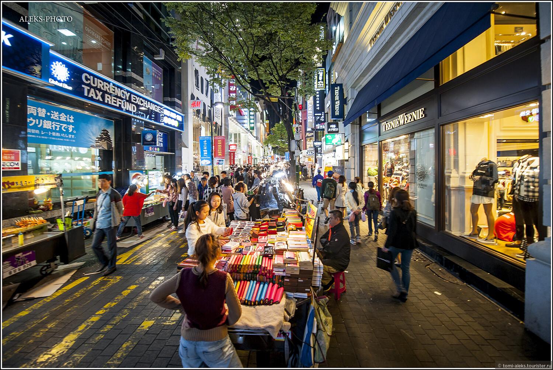 Вообще, корейцы - большие шопоголики. Как и всюду, здесь продают много всяческой ширпотребовской мелочевки..., Ночное пиршество в огнях Сеула (Южная Корея)