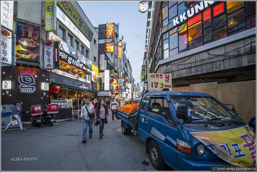 Вот что мне понравилось - это вечерние распродажи мандаринов с острова Чеджу. Этот тропический остров находится на самом юге Южной Кореи. Одна сеточка с мандаринами стоила 2-4 доллара. Вот мы видим ценник 3000 вон - это три доллара. На тот момент, когда мы были в стране, это было не дорого. Сейчас, видимо, дороговато... Но в магазинах может быть дороже...