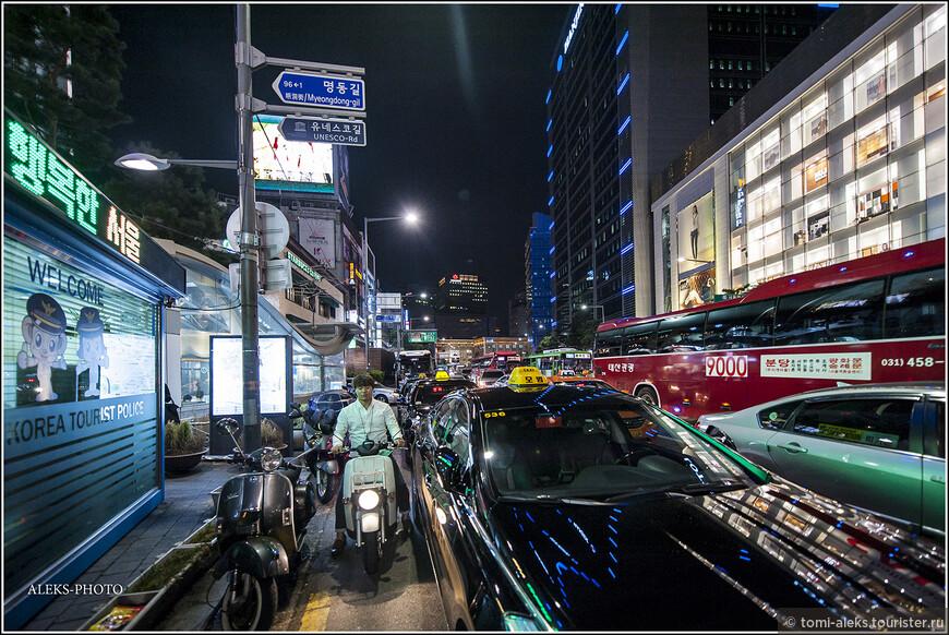 Выходим на большую улицу. Здесь столпотворение машин. Мотоциклов в Корее, в отличие от Вьетнама, почти нет...