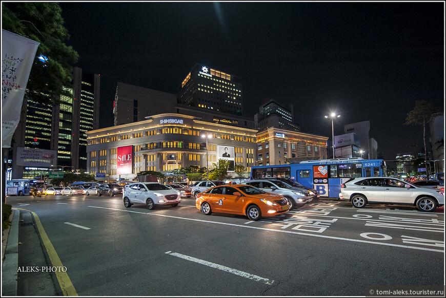 В Сеуле проживает, фактически, 20% всего населения Южной Кореи. А вместе с соседним крупным городом Инчхон, где расположен международный аэропорт, Сеул составляет агломерацию Сеул-Инчхон с почти 25-миллионным населением. Из Инчхона до Сеула проложено метро, на котором вы и прибываете в столицу из аэропорта.