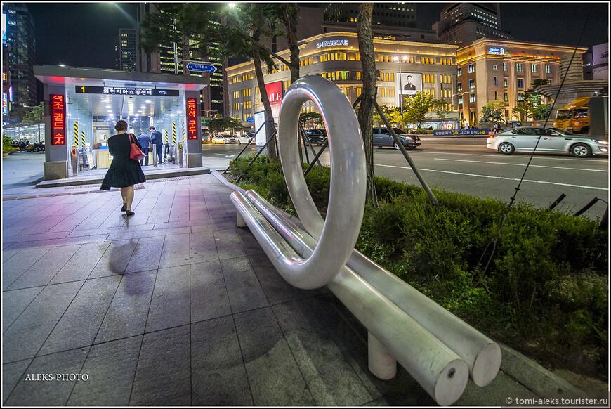 Сеульское метро существует всего лишь с 1974 года. Сегодня в нем 429 станций - 18 линий. Весь метрополитен столицы и соседнего города Инчхон управляется тремя компаниями.