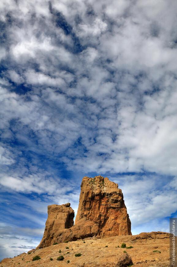 """Roque Nublo (""""скала в облаках""""). Я ждала возможности увидеть что-то похожее на картинки из инета, где вся скала окутана облаками, но погода была другая, поэтому фотографировала облака в небе ))"""