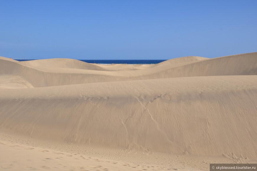 Dunas de Maspalomas. В южную часть острова я ехала 30 автобусом, билет туда-обратно стоил 12,5 евро. Сюда я ехала ради дюн - моя мини пустыня