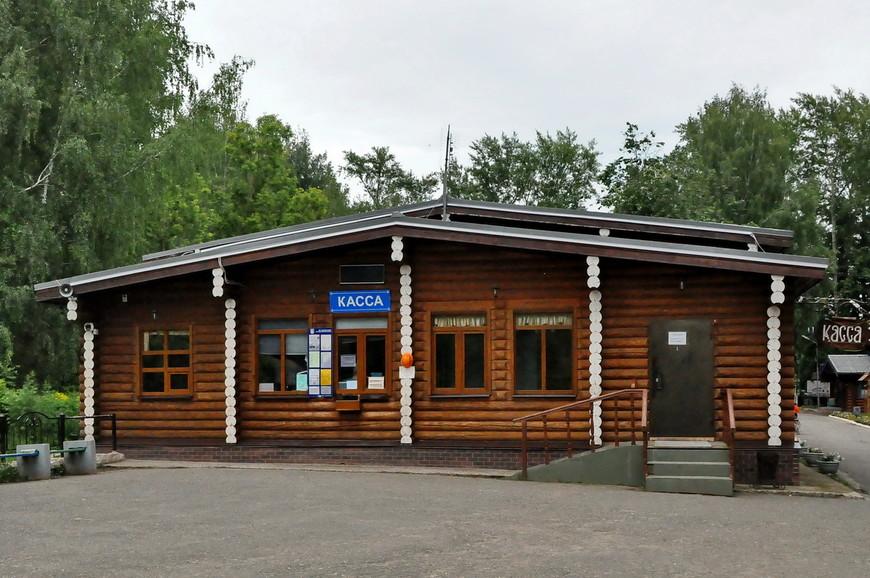 12. Здания построены в русской тематике, сруб, дерево, резные элементы.