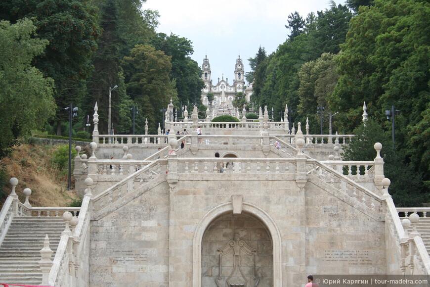 Лестница к храму - вид с площади