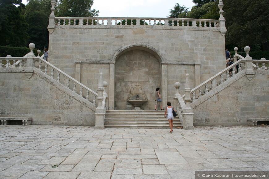 Каждый выход с террасы на следующий каскад лестницы украшен собственной, уникальную архитектурной композицией