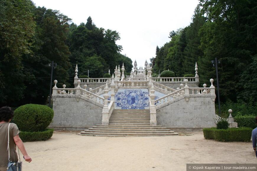 Каждый второй выход с террасы на следующий каскад лестницы украшен оригинальными азу лежу на библейские темы