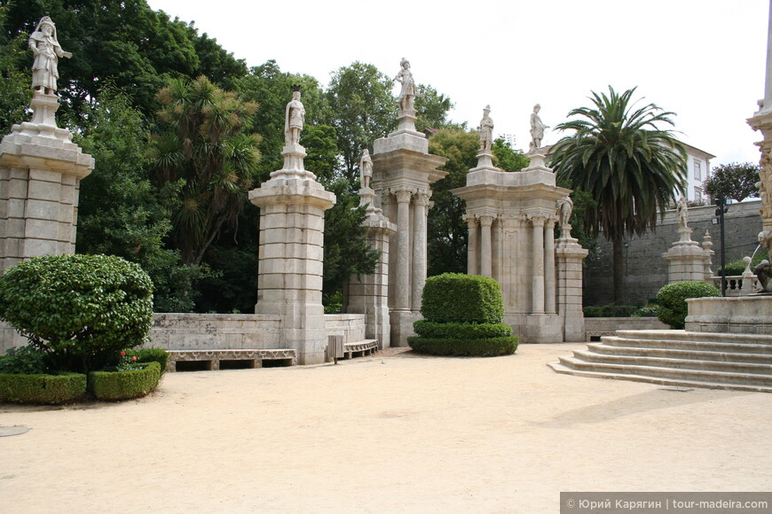 Верхние террасы украшены скульптурными композициями из португальской истории
