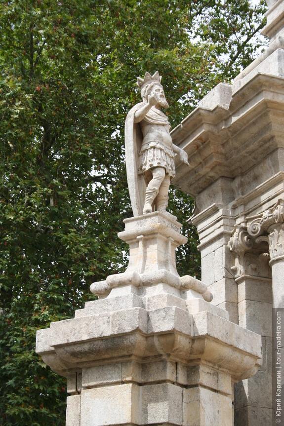 Верхние террасы украшены скульптурами мифологических персонажей.