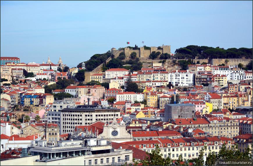 Замок хорошо просматривается с разных смотровых площадок Лиссабона. Это фото сделано с мирадору  Сан-Педро-де-Алькантара, куда можно попасть на  подъёмнике Глория.