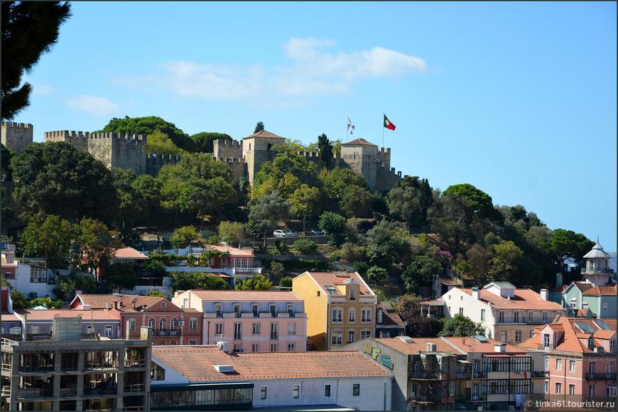 Вид на замок со смотровой площадки Носса Сеньора ду Монте в Альфаме.
