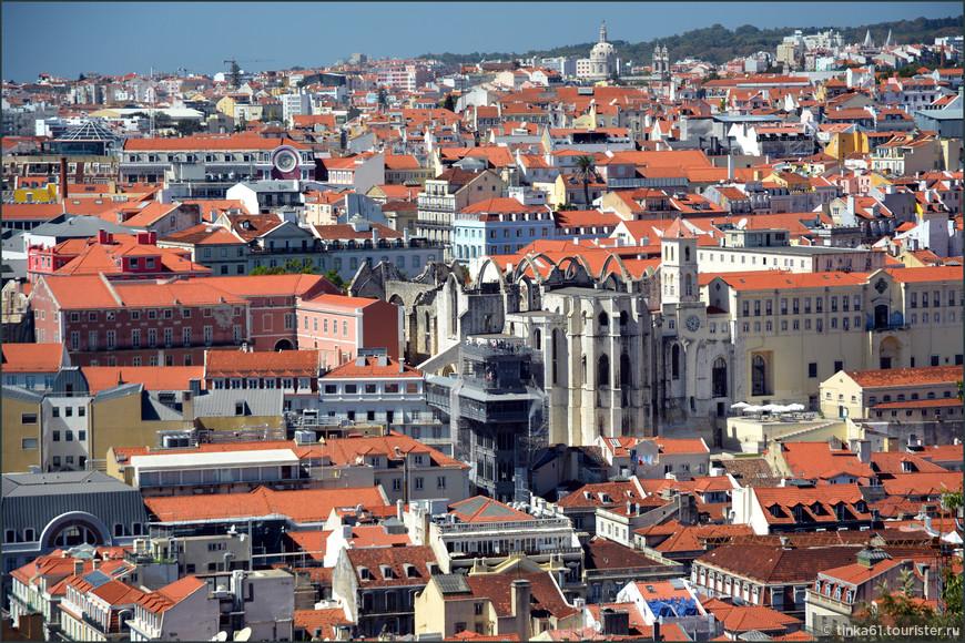 Вид на центральную часть Лиссабона с подъёмником Сан-Жушта и руинами Ду-Карму.