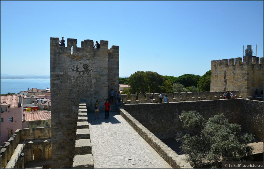 Одно из главных удовольствий для туристов -  подняться на башни и  прогуляться по широким стенам замка.
