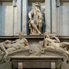 Флоренция, Усыпальницы Медичи, Лоренцо младший, герцог Урбинский сидит на своём захоронении в окружении статуй Авроры и Заката, работа Микеланджело,  экскурсии по Флоренции с частным индивидуальным гидом на русском языке