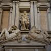 Усыпальницы Медичи, Джулиано, Герцог Немурский сидит на своём захоронении, в окружении статуй Ночи и Дня, работа Микеланджело, экскурсии по Флоренции с частным индивидуальным гидом на русском языке