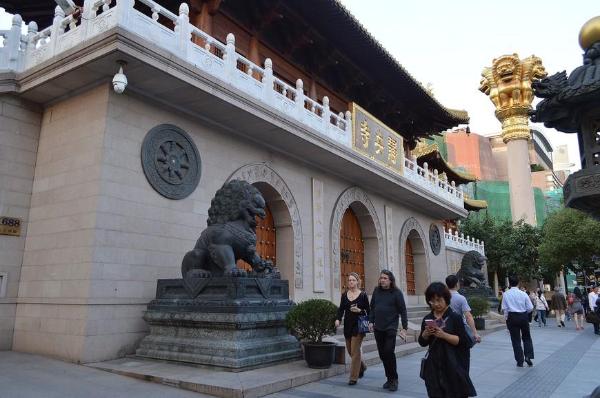 Силою обстоятельств в эту поездку я вновь оказалась около храма только вечером, за час до его закрытия. Был вариант оставить посещение до утра, но я решила, что вполне управлюсь  с его осмотром, так как вокруг него не было ни садов, ни парков, столь характерных для буддийских храмов и монастырей в Китае. Они так хороши, что я могу часами в них находитья, не замечая времени. Да и сам храм выглядел очень компактным, «точечным».