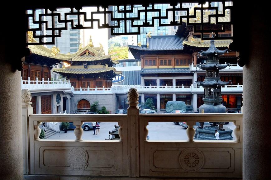 Первым моим удивлением была стоимость билета – 55 юаней (550 руб.). Вот что значит обосноваться в центре мегаполиса. Я видела в Шанхае и дргугие буддийские храмы, которые ничем не уступали Цзынаню, в чем-то даже превосходили, но такой стоимости за вход там не было даже и близко.