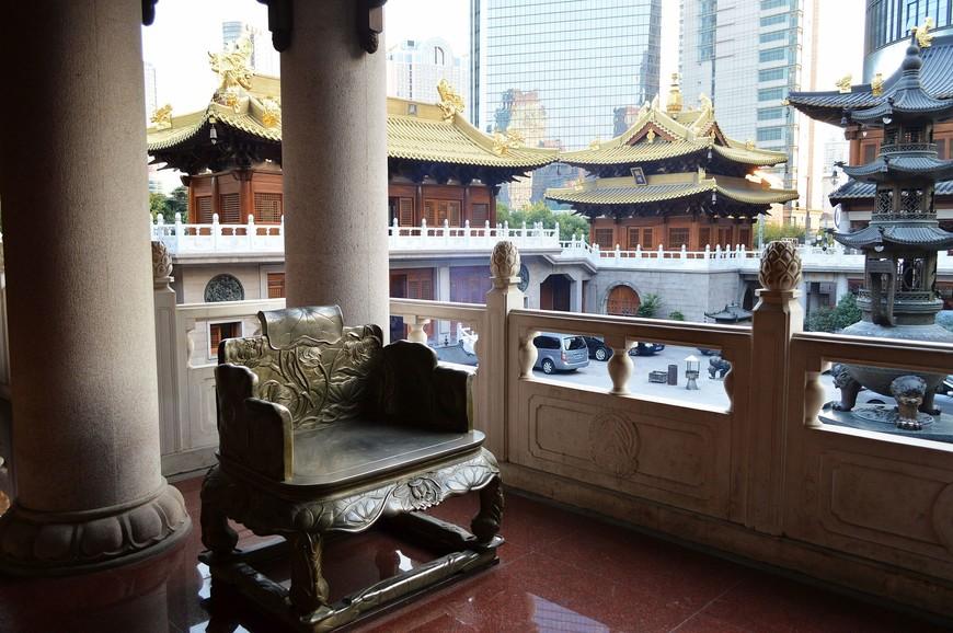 В храме можно прогуляться по галерее 2-го этажа, опоясывающей его по периметру, отдохнуть в креслах из натурального дерева